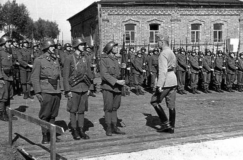 Генерал-полковник Ференц Сомбатхей, начальник штаба Венгерской армии, с инспекцией во 2-й армии. Сентябрь 1942 г.