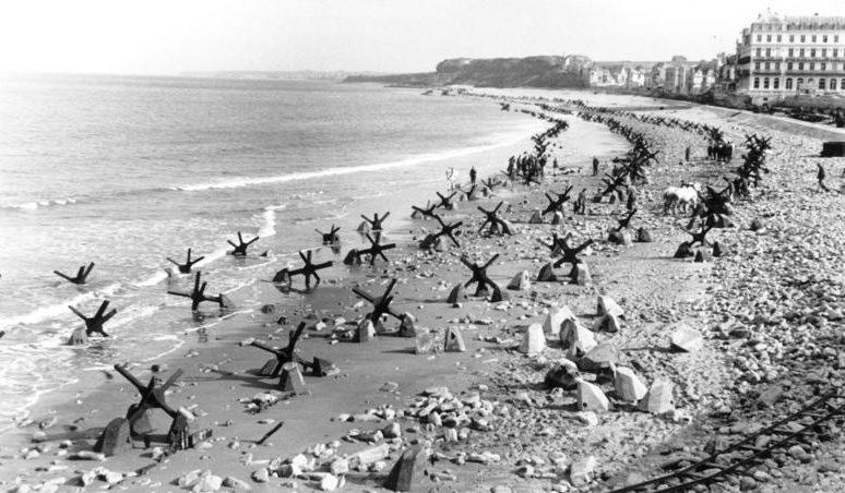 Защитные укрепления берега у Кале. Апрель 1944 г.