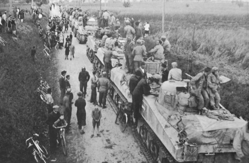 Итальянцы у колонны американских танков на дороге под Миланом. 1945 г.