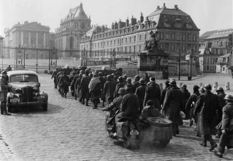 Колонна французских пленных у Версальского дворца в Париже. Июнь 1940 г.