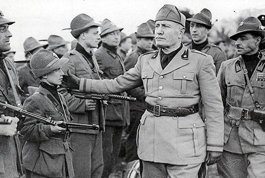 Муссолини в 5-ой Альпийской мобильной Черной Бригаде. Брешиа, 1945 г.