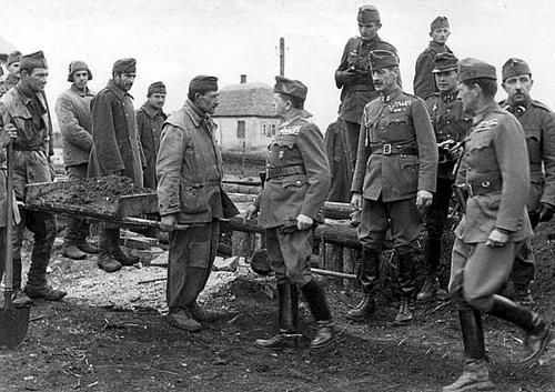 Министр обороны генерал-полковник Вилмос Надь во время инспекционной поездки 2-й венгерской армии. Октябрь 1942 г.
