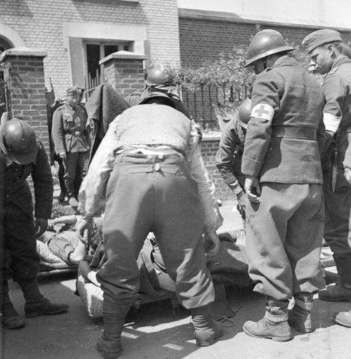 Пленные раненые французские солдаты из госпиталя, захваченного немцами в Жувизи-Сюр-Орж. Июнь 1940 г.