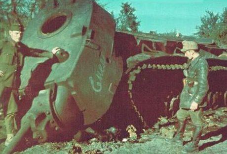 Венгерские солдаты у танка КВ-1 у реки Дон. Октябрь 1942 г.