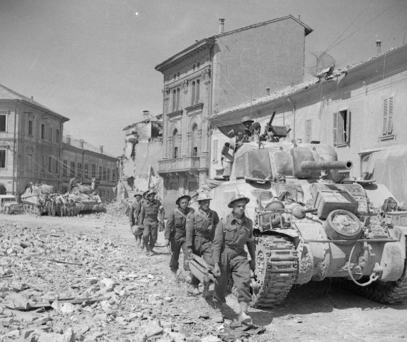 Британские войска в Портомаджоре. 19 апреля 1945 г.