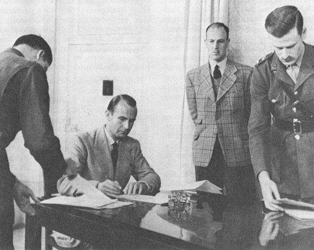 Представители Германии подписывают документ о капитуляции, Казерта. Италия, 29 апреля 1945 г.