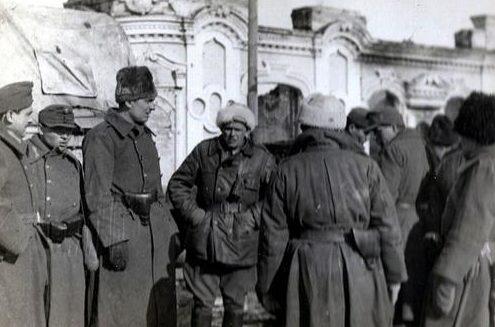 Венгерские солдаты у церкви Святого Николая в украинском городе Прилуки. Ноябрь 1942 г.