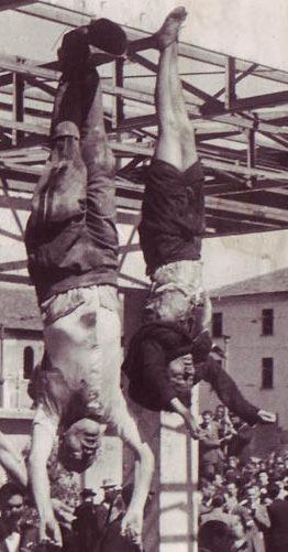 Трупы Бенито Муссолини и его любовницы Кларетты Петаччи, выставленные в Милане. 29 апреля 1945 г.