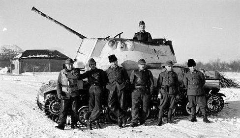 Венгерские солдаты перед 40-мм самоходной зенитной установкой «Нимрод» на Восточном фронте. Декабрь 1942 г.