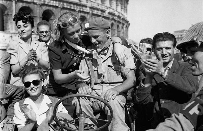 Римляне приветствуют английских солдат. 1945 г.