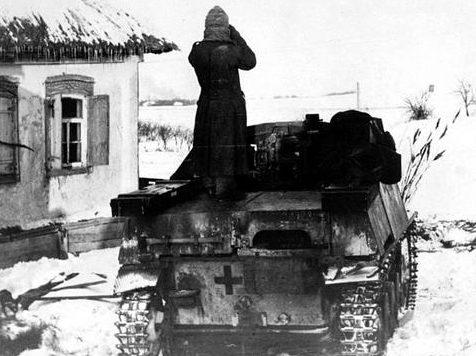 Венгерский солдат в советской деревне. Декабрь 1942 г.