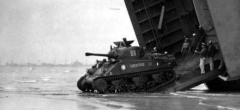 Танки «Sherman» 2-й французской бронетанковой дивизии на берегу Юта-Бич. Июнь 1944 г.
