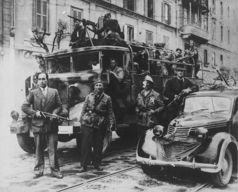 Итальянские партизаны в освобожденном Турине. Апрель 1945 г.