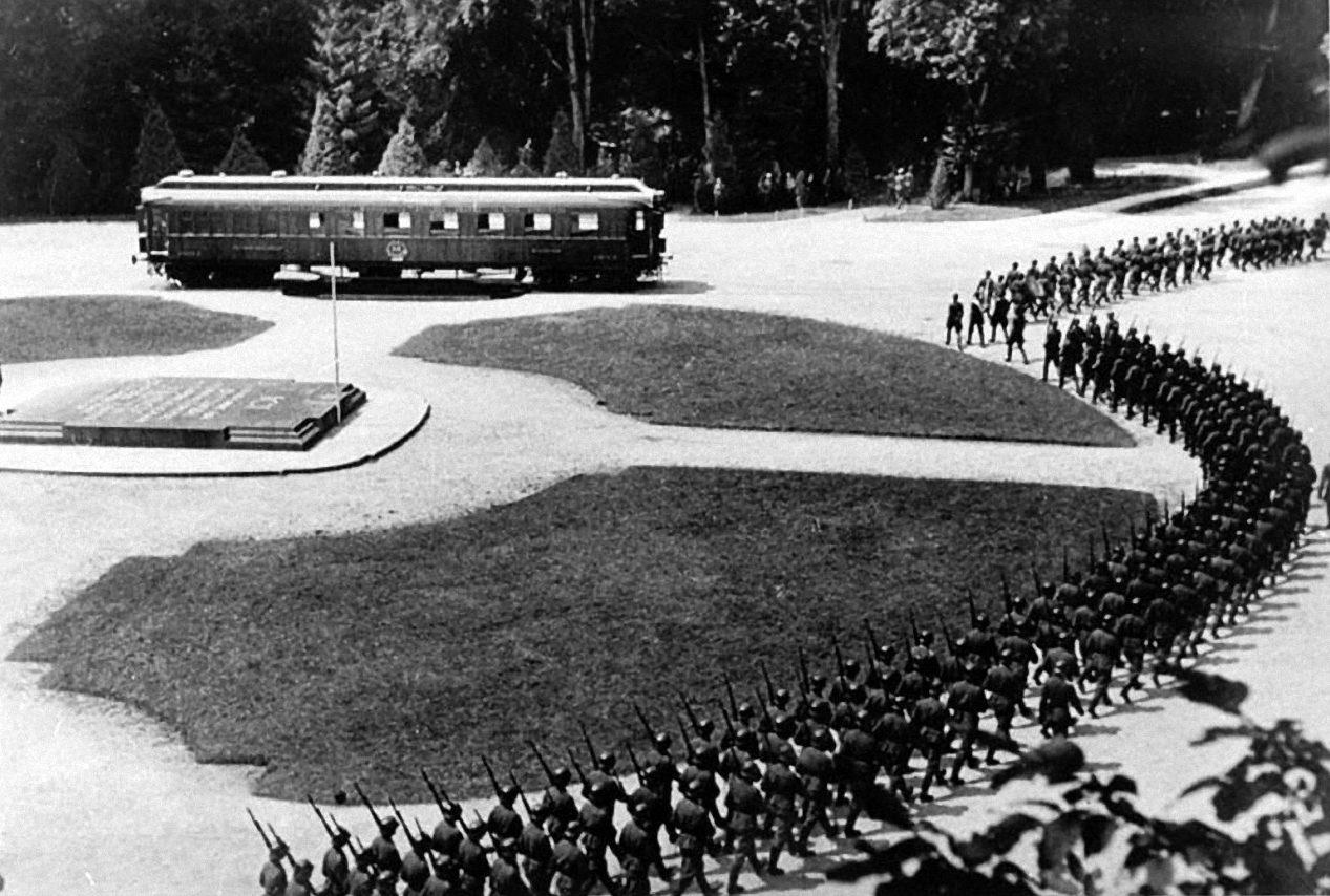 Церемониальный марш немецких войск в Компьене во время переговоров о перемирии между немецким командованием и Францией. 22 июня 1940 г.