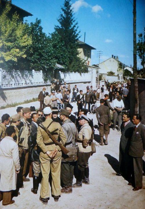 Итальянские партизаны и командир окруженной под Миланом немецкой части ведут переговоры о капитуляции. Май 1945 г.