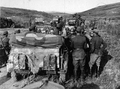 Венгерские солдаты слушают полевое радио. Окрестности Воронежа,1942 г.