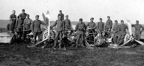 Венгерские солдаты у сбитого советского бомбардировщика СБ-2. 1942 г.