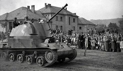 40-мм самоходная зенитная пушка на военном параде в Венгрии. 1942 г.