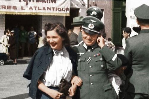 Солдаты Вермахта в Париже. Июль 1940 г.