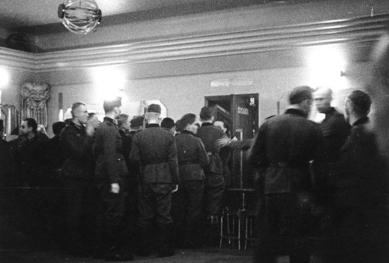 Немецкие солдаты у борделя и в борделе в Бресте. Июль 1940 г.