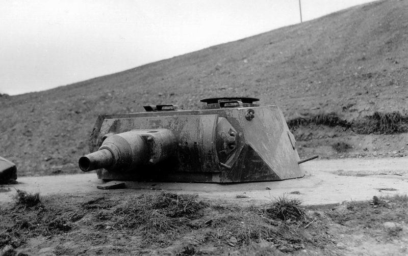 Брошенная немецкая бронебашня на пляже Омаха. 6 июня 1944 года.