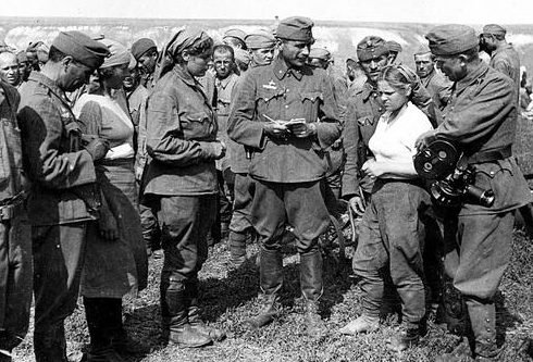 Допрос советской военнопленной женщины. 1942 г.