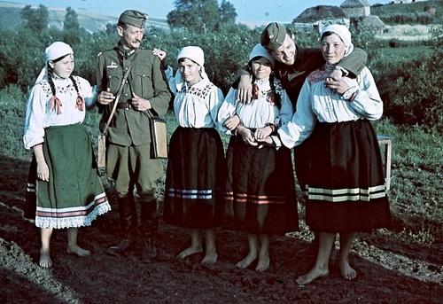 Венгерские военные корреспонденты с девушками в оккупированной советской деревне. 1942 г.