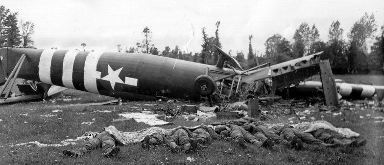 Погибшие десантники из 325-го планерно-пехотного полка у разбившегося при посадке вечером 6 июля 1944 года планера Эйрспид «Хорса».