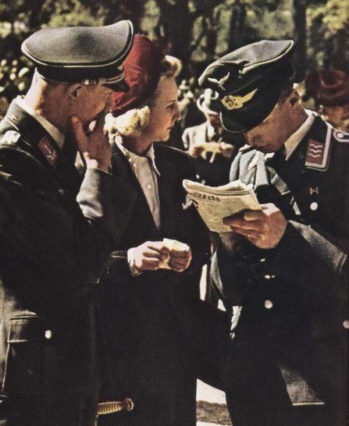 Француженки с немецкими солдатами. Август 1940 г.