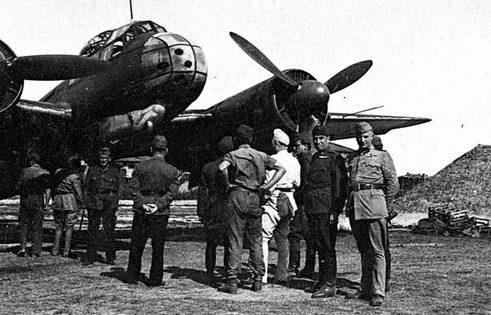 Венгерские офицеры у самолета Ju-88C на венгерском аэродроме под Киевом. 1942 г.