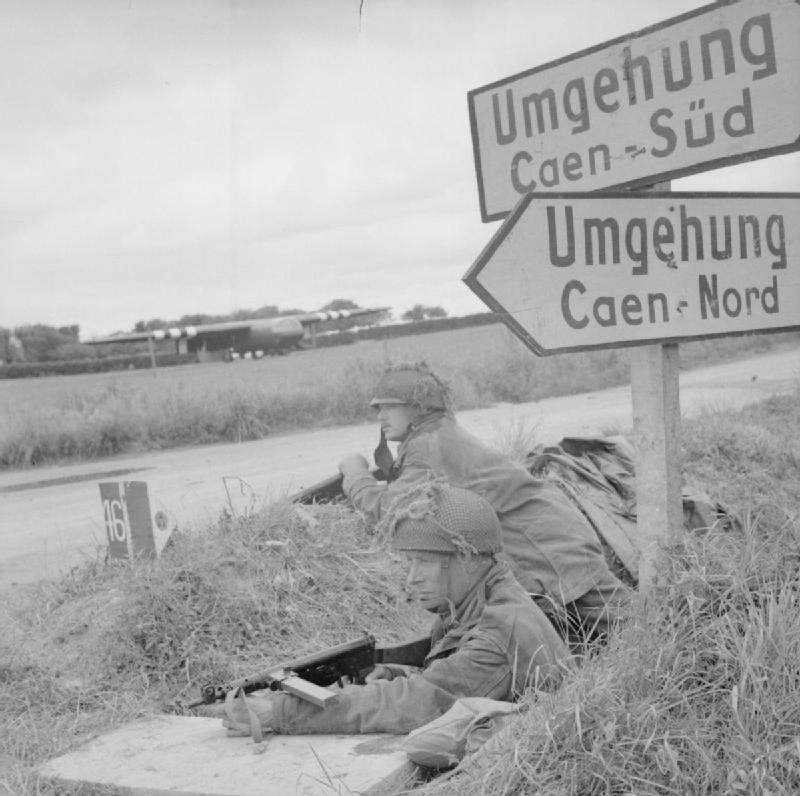 Британские коммандос окапываются, после приземления на планерах у реки Орн. 7 июня 1944 г.