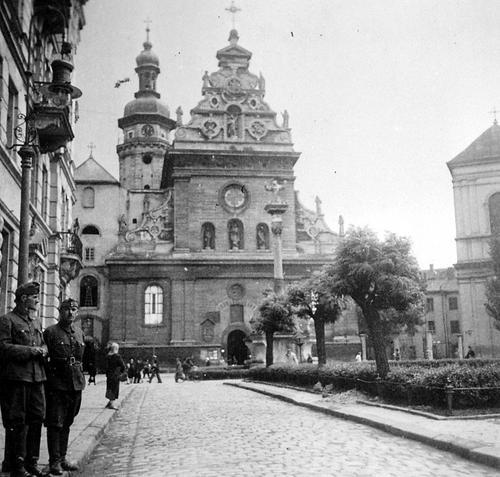 Венгерские солдаты у Бернардинской церкви во Львове. 1942 г.
