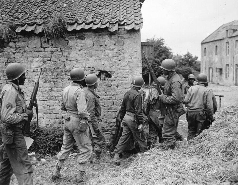 Взвод американских солдат в поисках немецкого снайпера. 10 июня 1944 г.