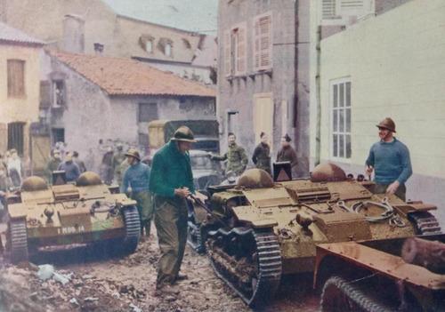 Бронетранспортеры в городе недалеко от границы с Бельгией. 1940 г.
