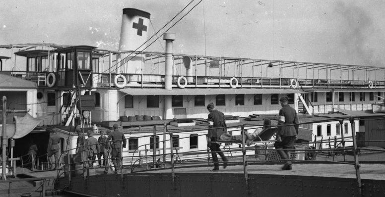 Венгерские военные-медики заносят раненых солдат на борт госпитального судна. 1942 г.