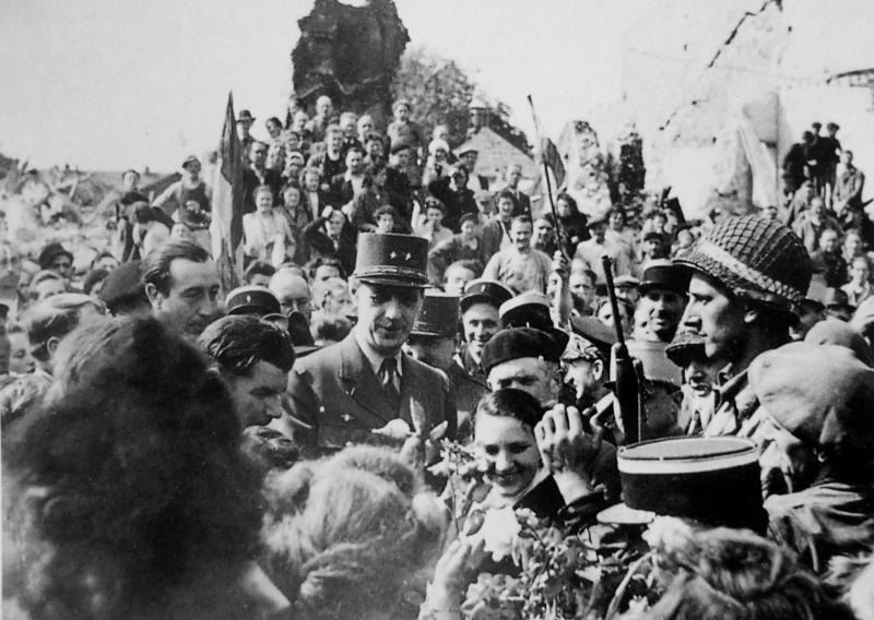 Генерал Шарль де Голль на встрече с жителями освобожденного города в Нормандии. Июнь 1944 г.