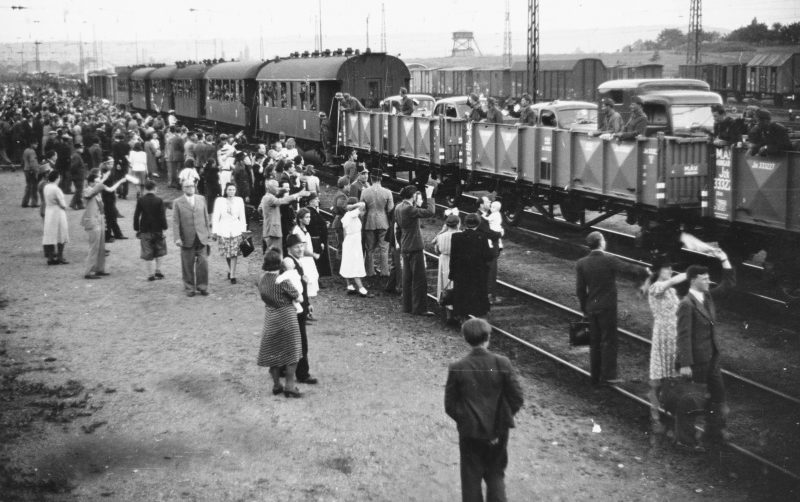 Жители Будапешта на станции Келенфёльди провожают солдат на Восточный фронт. 1942 г.
