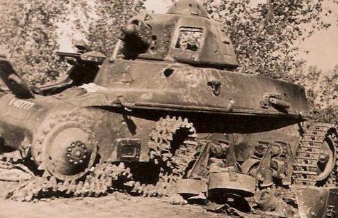 Уничтоженный французский танк. Лето 1940 г.