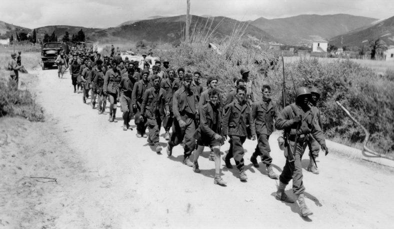 Колонна итальянских пленных под конвоем французов на дороге на острове Эльба. Июнь 1944 г.