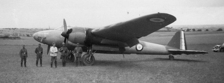 Немецкие солдаты у захваченного французского бомбардировщика «Амио 354». Лето 1940 г.