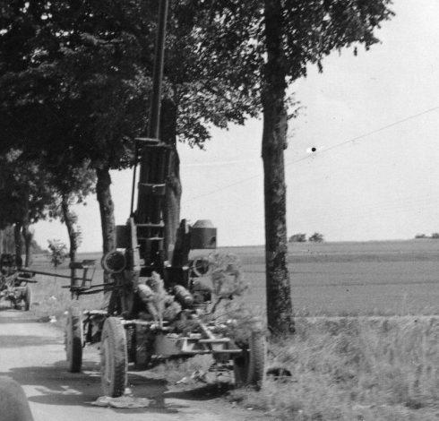 Брошенные на обочине дороги французские 75-мм зенитные пушки. Лето 1940 г.