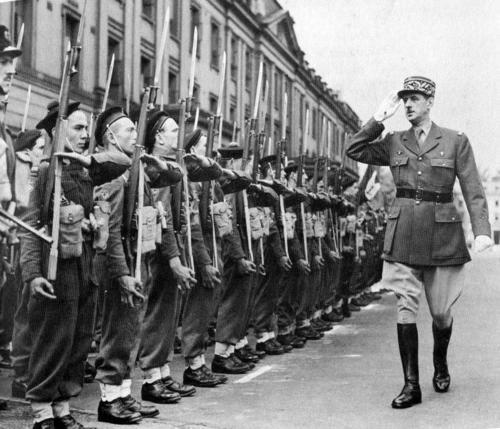 Генерал-лейтенант Шарль де Голль во французском лагере в Уэльсе. Сентябрь 1940 г.