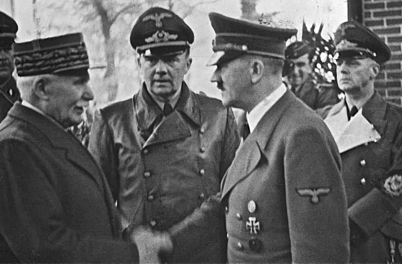 Французский маршал Анри Филипп Петен приветствует Адольфа Гитлера в Монтуар-сюр-ле-Луар. 24 октября 1940 г.