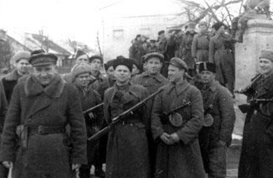 Партизаны входят в город. Февраль 1944 г.