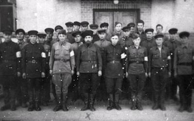 Константин Воскобойник с отрядом милиции.
