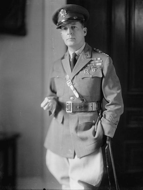 Генерал армии США - Дуглас Макартур.