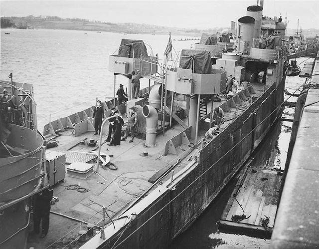 Британские командосс на борту эсминца «Кэмпбелтаун» в процессе подготовки к рейду.