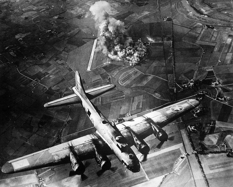 В-17 во время налета на авиазавод в Мариенбурге. 9 октября 1943 г.