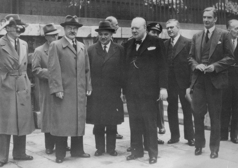 Премьер-министр Уинстон Черчилль с представителями советской делегации в саду на Даунинг-стрит, после подписания союзного договора. Лондон, 26 мая 1942 г.