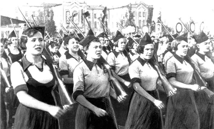 Колонна девушек - ворошиловских стрелков пединститута. 1940 г.